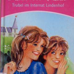 Die Zwillinge Hanni und Nanni sollen ins Internat Lindenhof. Darauf haben sie gar keine Lust. Irgendwann  übertreffen sie ihre Klassenkameradinnen mit lustigen Streichen.